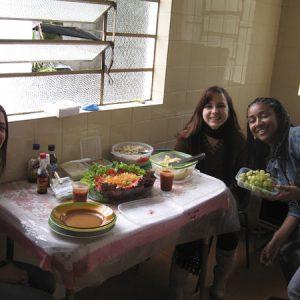 2008.6 Almocinho light pausa na organização do Summit - Cibele, Mariana e Lucila