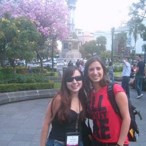 2008.4 Mariana e Cibele em Quito organizando jantar do Brasil na Travel Mart