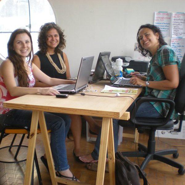 2010.3 Mari e MM com Tauna, estagiária do nosso projeto de artesanato no HUB SP