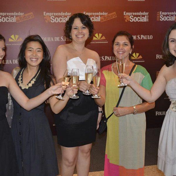 2012.08 Um brinde da equipe - Mônica, Mayra, Mari, Jussara e MM no Prêmio da Folha de São Paulo