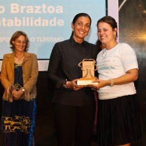 2013.5 Mari recebendo Prêmio Braztoa categoria parceiros do trade